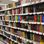 本好きにはたまらない?スーパーのカレーコーナーが本屋みたいになってる!