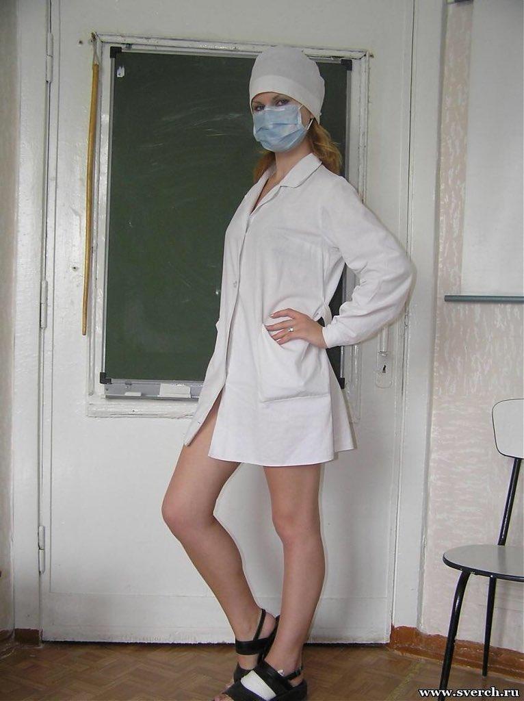 под халатом у медсестер