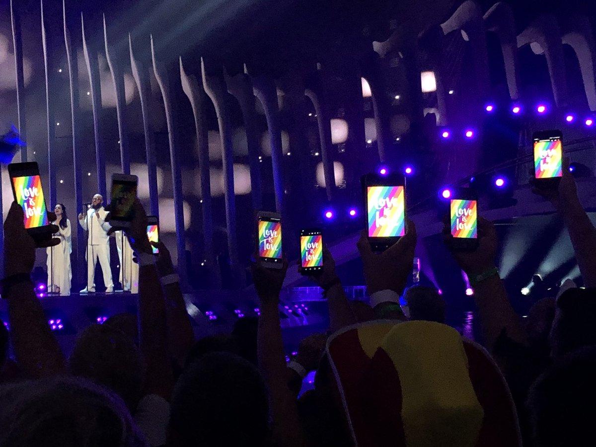 No han dejado pasar banderas LGTB+ a la zona del escenario y la gente ha reaccionado así: MARAVILLA #Eurovision