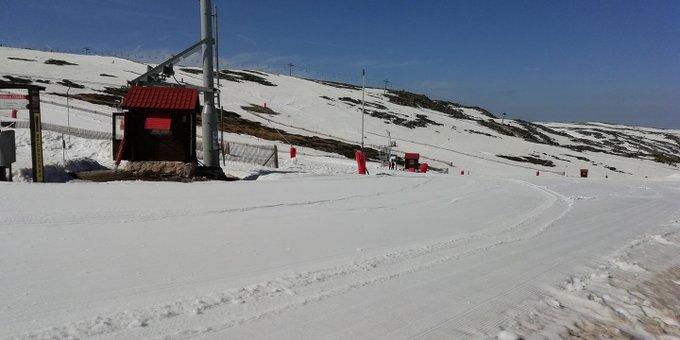Aun se puede seguir esquiando en la Península Ibérica!!! ❄️⛷️🏂 Continúa abierta la estación de #SerraDaEstrela (Portugal), y según dicen, pretenden aguantar hasta Junio!!! 🔝🤗 +Info: https://t.co/14Eb3ZwOzF Estación: https://t.co/rbUpMCk35i