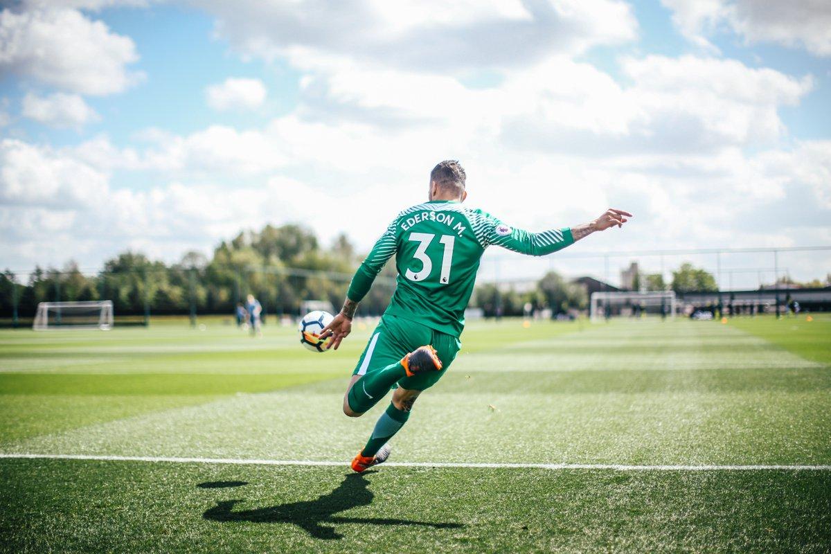 لدرجة ان إيدرسون مورايس دخل موسوعة غينيس للأرقام القياسية وذلك لأطول ركلة في تاريخ كرة القدم حيث بلغت مسافتها إلى 75.35 متر 😂💙