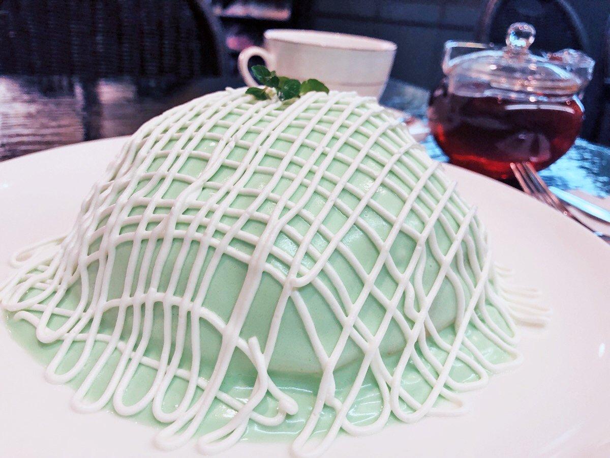 【ブリッヂ】 @銀座  鮮やかな緑色で覆われた「メロンパンケーキ」を食べられるお店。 中には本物のメロンの果肉も入っており、濃厚なクリームとの相性も抜群🎶 老舗の喫茶店ならではの落ち浮いた雰囲気で堪能する名物パンケーキは絶品です✨
