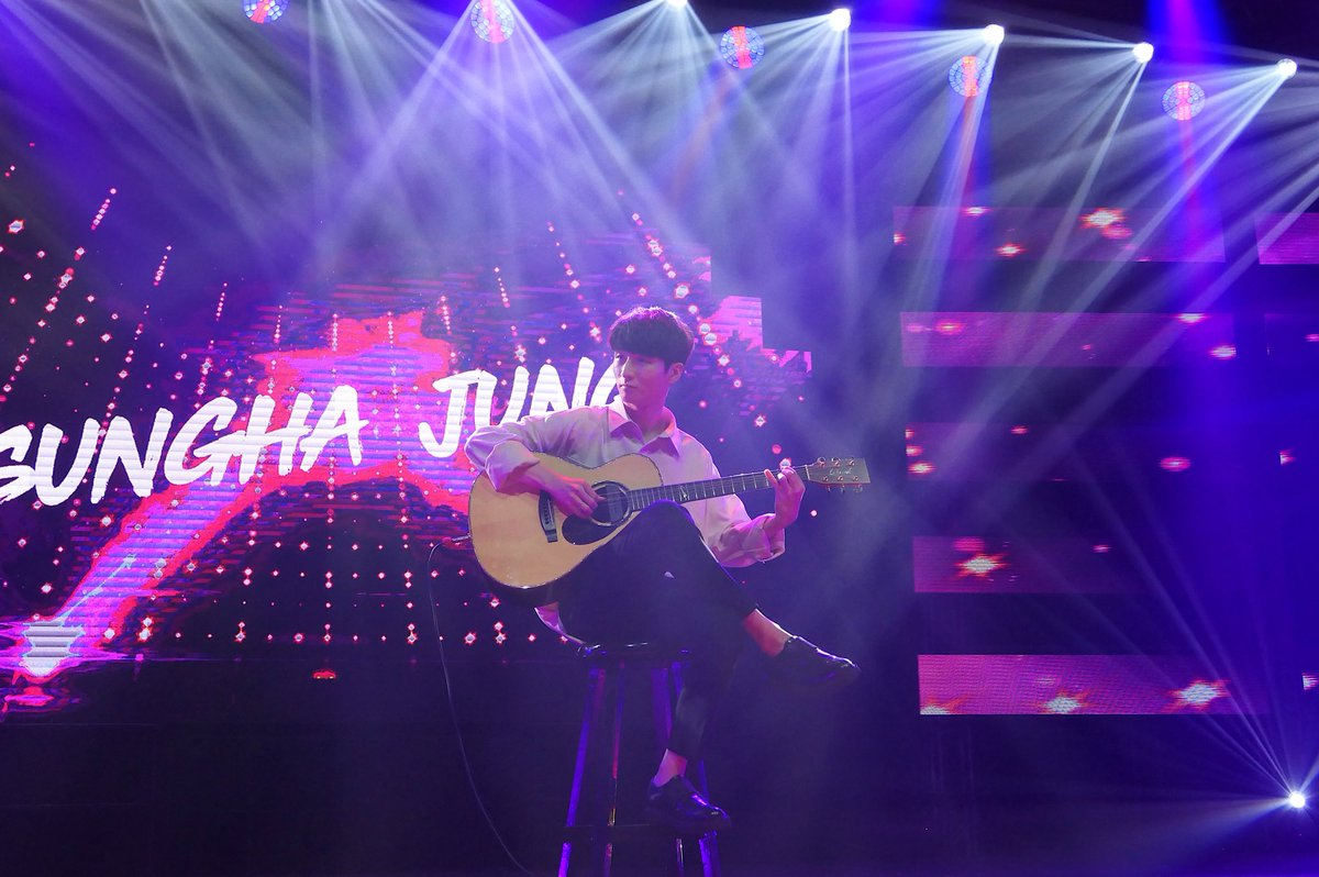 .@jungsungha's got #YTFFPH swaying to the rhythm of his music 😍 The guitarist always knows how to work a crowd.