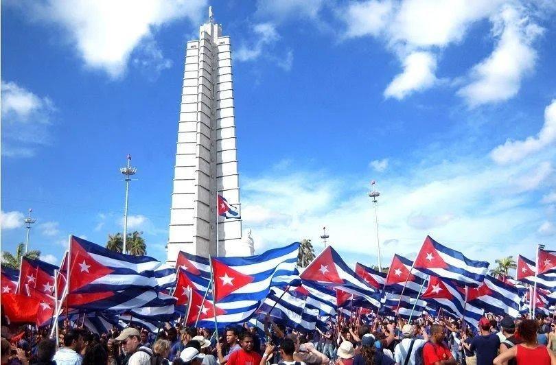 Miles de cubanos en las calles por la Revolución