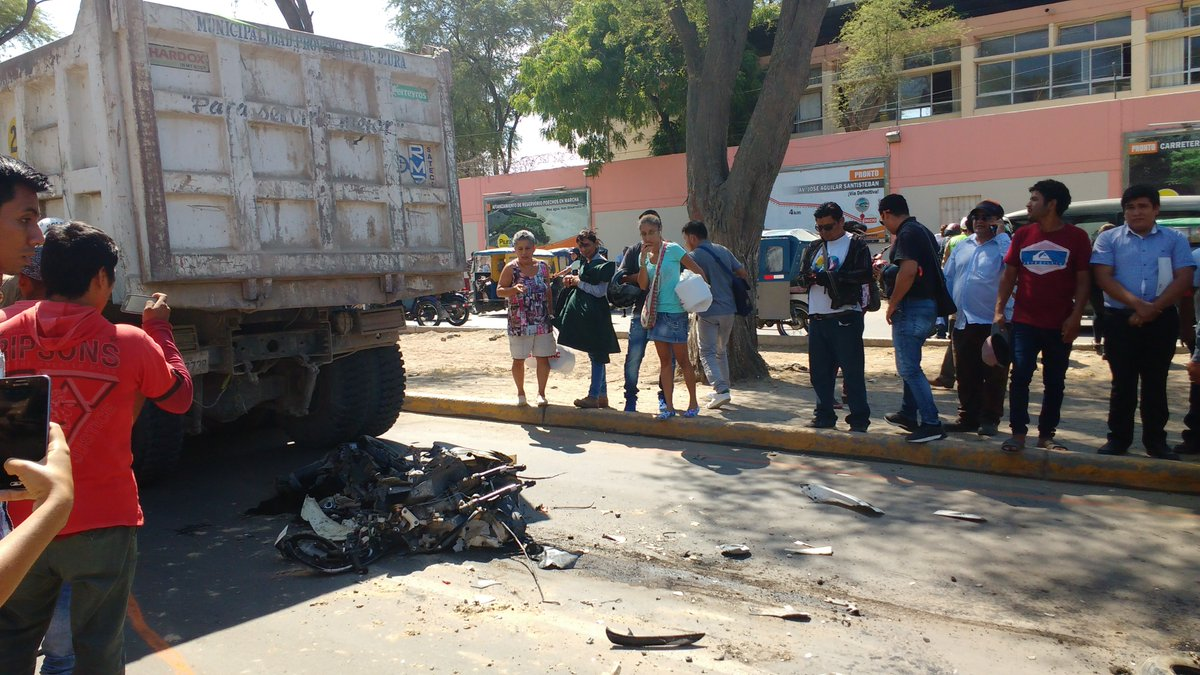 059bd389f ... de basura de la Municipalidad de Piura. El accidente se produjo en la  Av. Cáceres a la altura del Gobierno Regional.pic.twitter.com vbmOlCjAWh