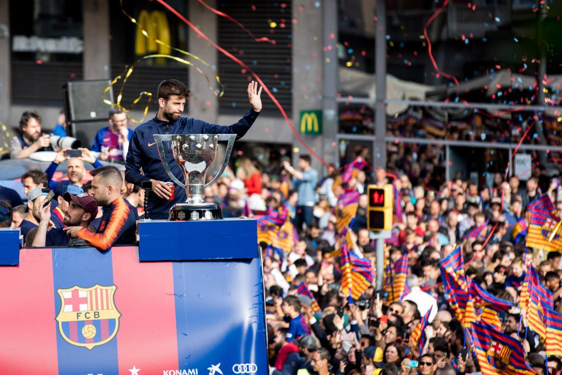 Счастливый Месси иперепуганный бомба: чемпионский парад Барселоны