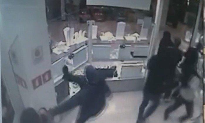 6bf0ace6358 assalto a joalheria em shopping de sp acaba com suspeito baleado