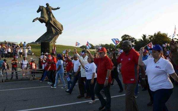 Encabeza Esteban Lazo el desfile en Santiago de Cuba