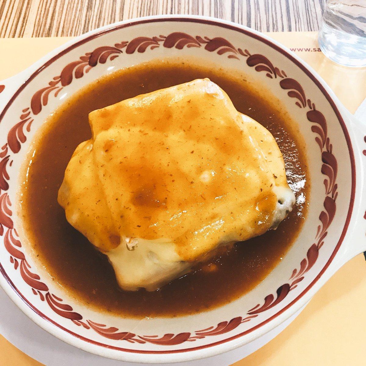 ポルト2日目に食べたもの。お昼はフランセジーニャ、パンに牛肉、ベーコンはさんで上からチーズとろーりのハイカロリー魔人。夜はお腹いっぱいやったから行きたかったCafe Progressoでお茶した、若い人いっぱいで人気のお店でした◎