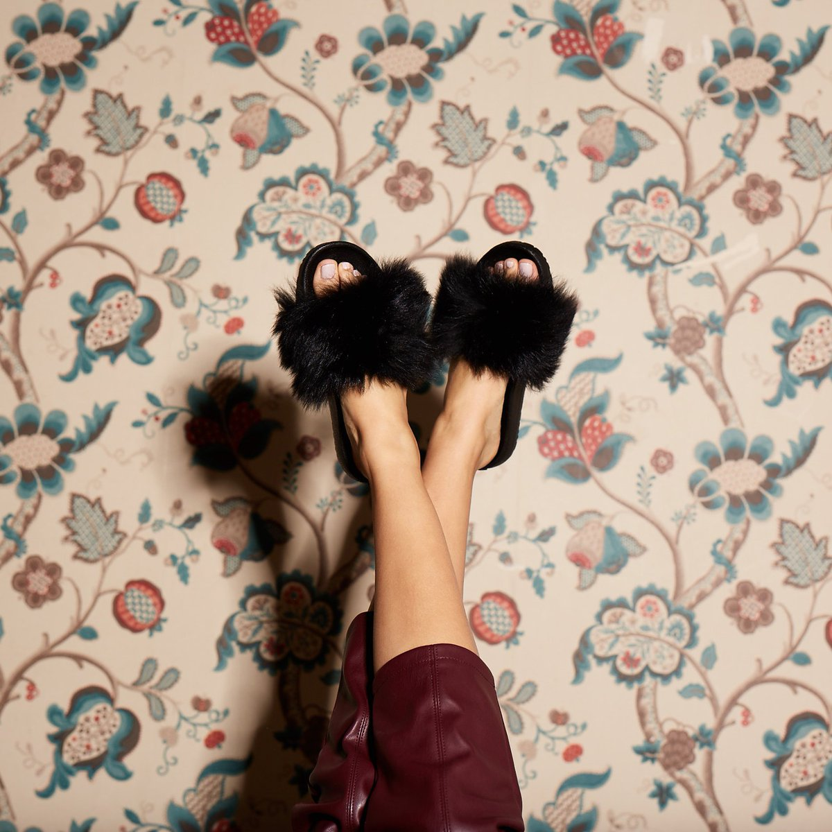 Stand out in the crowd thanks to fluffy UGG #slippers ✨💫 https://t.co/KL9fXFTxbt