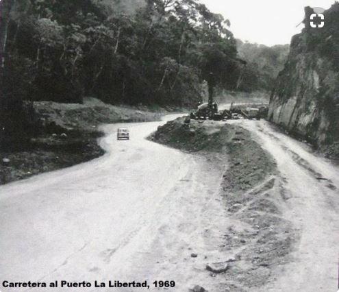 El antiguo camino rústico vehicular al Puerto de La Libertad, comienza a convertirse en carretera. 1969 https://t.co/uQ9nyWw9B0