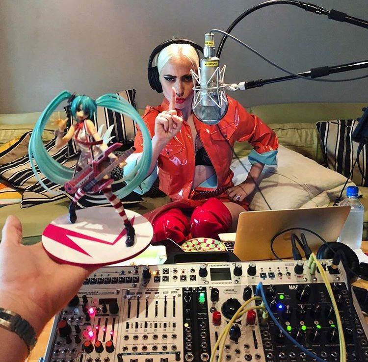 4 - Lady Gaga - Σελίδα 9 DcQDar_UQAAOSxS