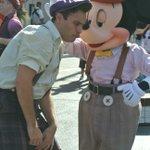 ディズニーランドで偶然撮れた、ちょいワルミッキーがジワる画像w