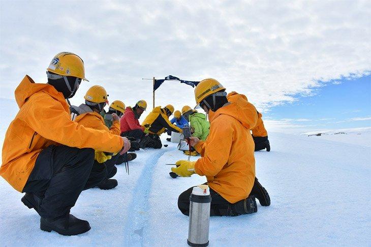 命がけ!南極観測隊による氷山流しそうめんの様子がこれwww