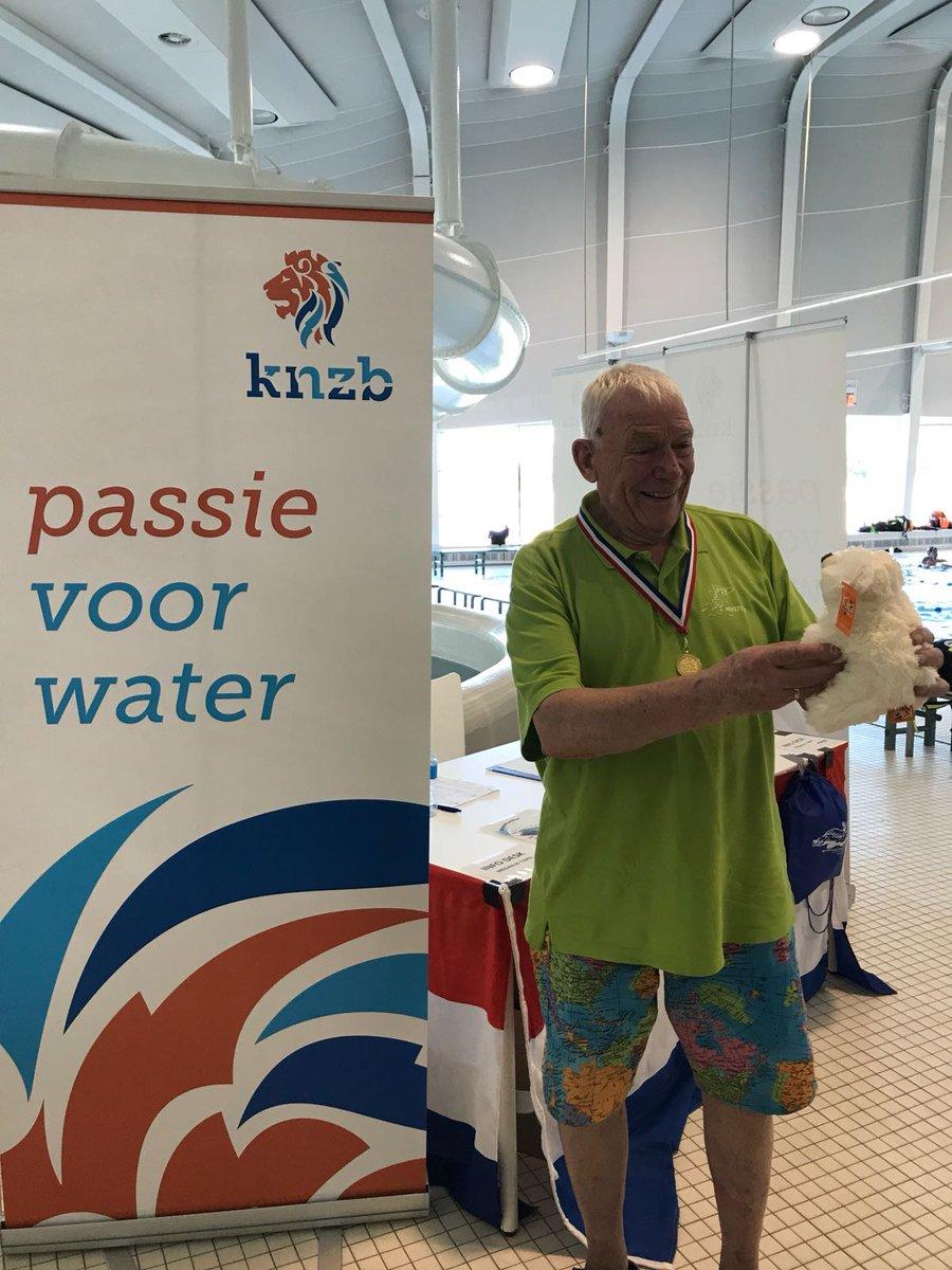 De allereerste medaillewinnaar van dit kampioenschap: Bob Berg (1933) van PSV. Deze krasse knar wist in de categorie 85+ een nieuw Nederlands Master Record te zwemmen op de 1500m in 35.00.05! Met zijn tussentijden op deze afstand noteerde hij NMR's op de 200/400/800m #ONMKlb2018