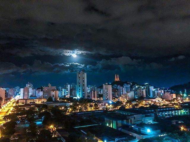 Reposting @dronevitoria: - via @Crowdfire  Voo baixinho pra contemplar apenas essa beleza natural, que é a Lua! #boanoite #capixabadagema #estamosdevolta #capixabando #capixabanato #capixaba #vidacapixaba #capixabadecoracao #capixabaphoto #euamo_es #espiritosantopic.twitter.com/yeMoybj4wo