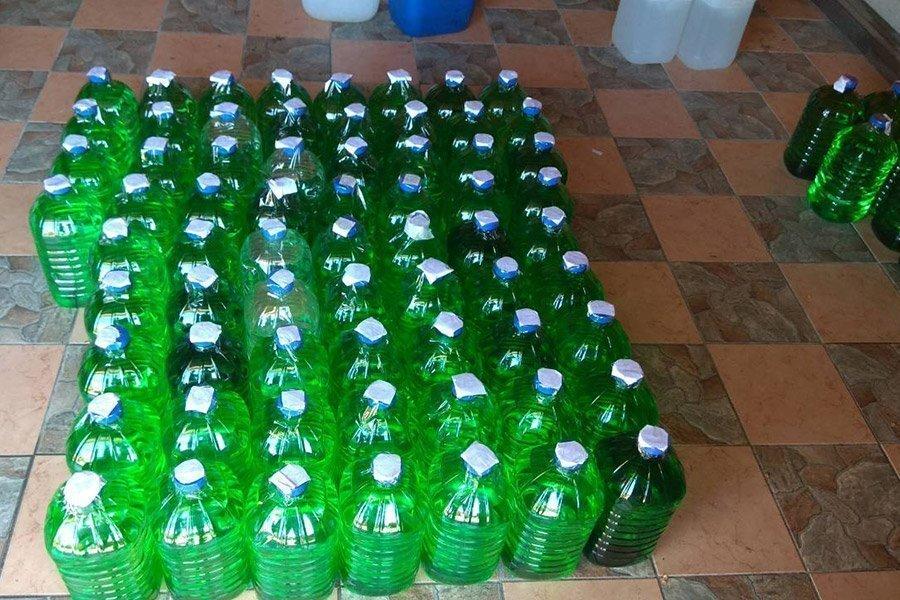 Житель Малориты хранил в гараже более 500 л нелегальной спиртосодержащей жидкости