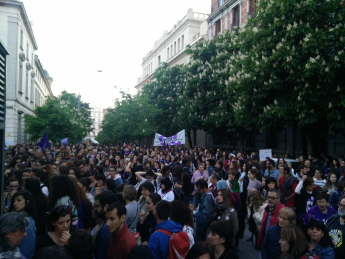 Madrid: third feminist demo in a week, biggest one yet today, against the sentence of #LaManada, the patriarchal justice system and the endemic culture and gender-based violence. Now protesting outside Tribunal Supremo. #YoSíTeCreo4M<br>http://pic.twitter.com/kUwAFJ4ooa