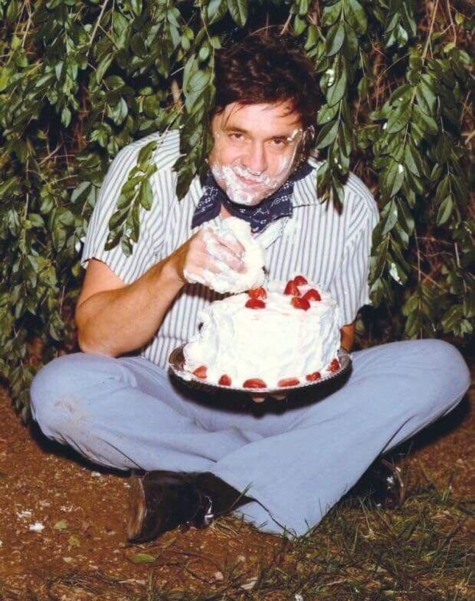 Super 70s Sports On Twitter Johnny Cash Eating Birthday Cake In A