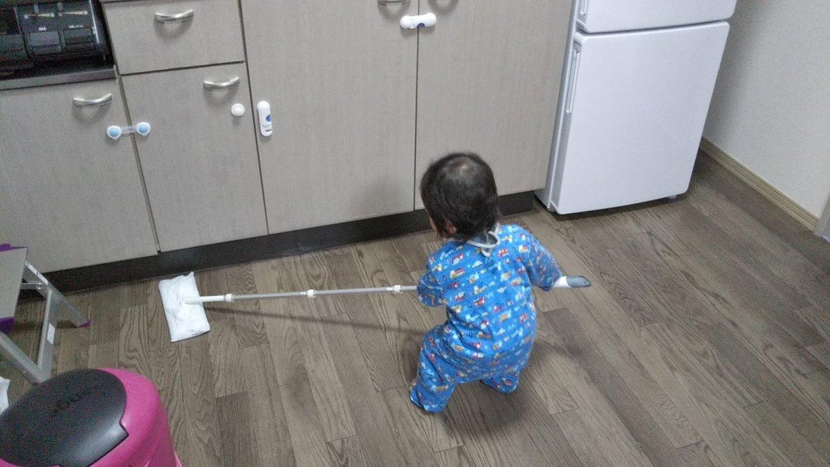 クイックルワイパーの棒への執着がすごいので、いっそのこと掃除させてみようと思って渡してみたらちゃんと掃除していた1歳0ヵ月児