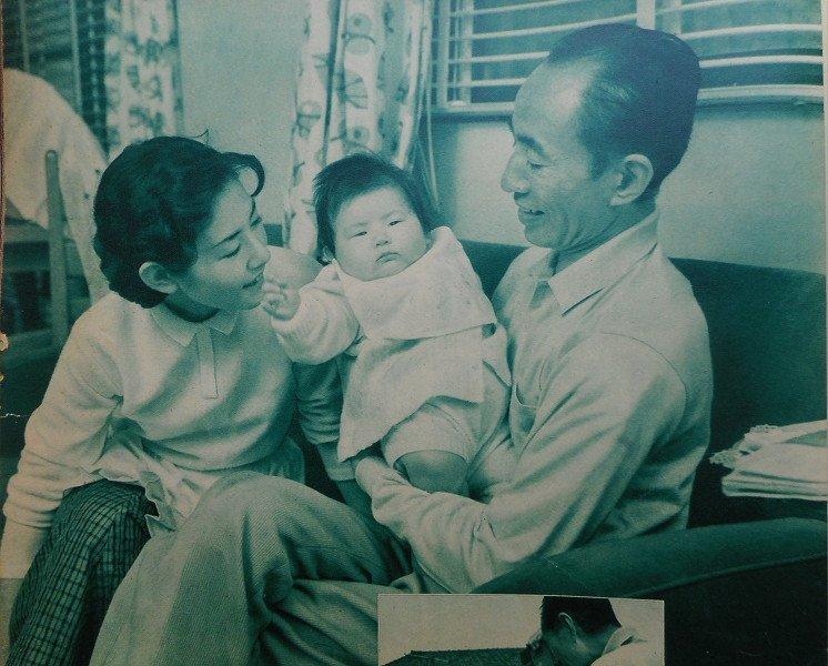 "hayamin on Twitter: ""加藤嘉一家 娘と孫、ではなく、22歳年下の奥さん ..."