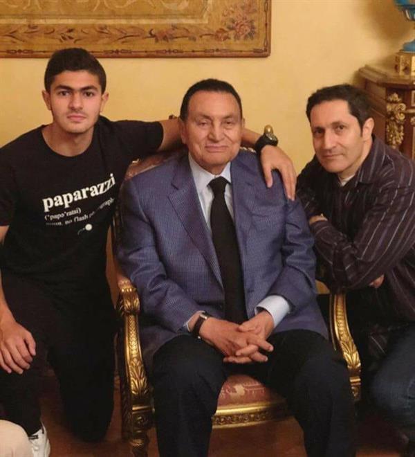 الرئيس المصري الأسبق حسني مبارك يحتفل بعيد ميلاده الـ90 وسط عائلته  DcdMi4HUwAE6n4q