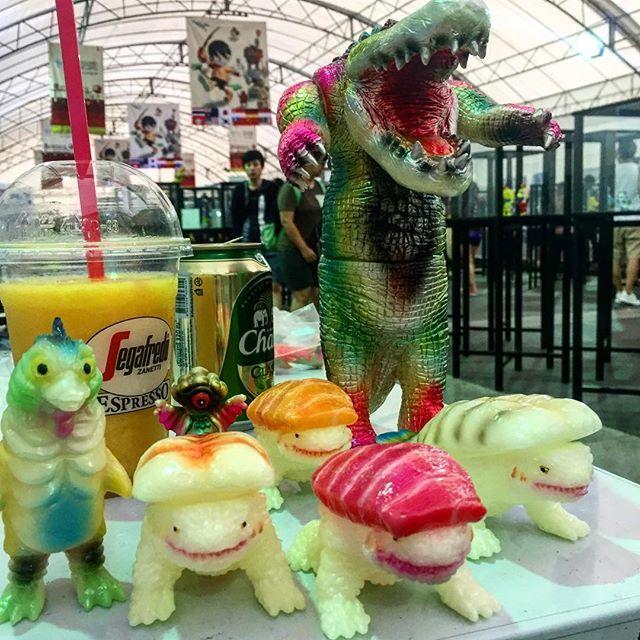 TTE 4th Day 🍣🐊大人買い! #sushira #yamomark #blobpus #rampagetoys #thailandtoyexpo2018 #tte2018 https://t.co/e2tGcXyY6U