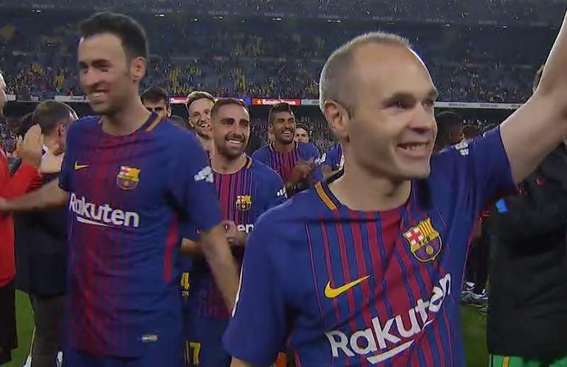 Miembros del staff técnico del Barça hacen pasillo a los jugadores tras  conquistar el DOBLETE de 0177d85fdc110