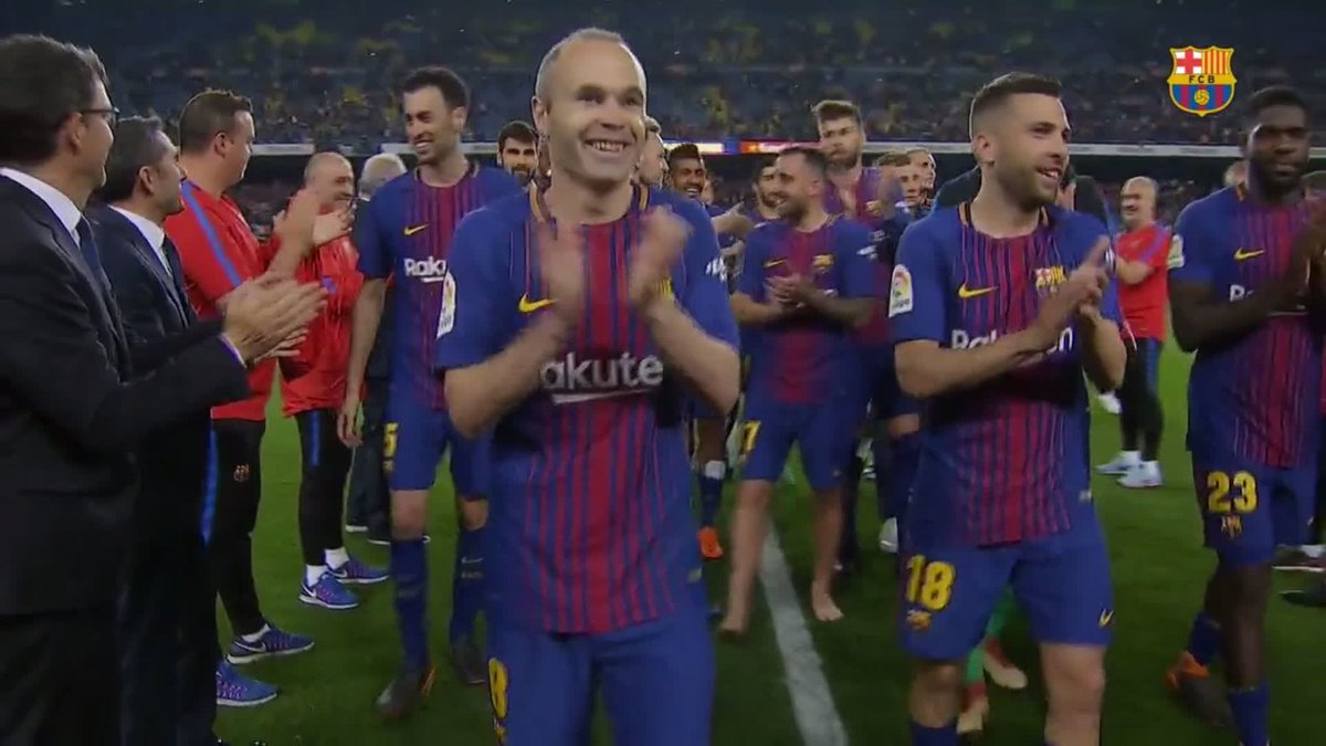 The coaching staff perform a guard of honor for the team 👏👏 🔵🔴 Força Barça!