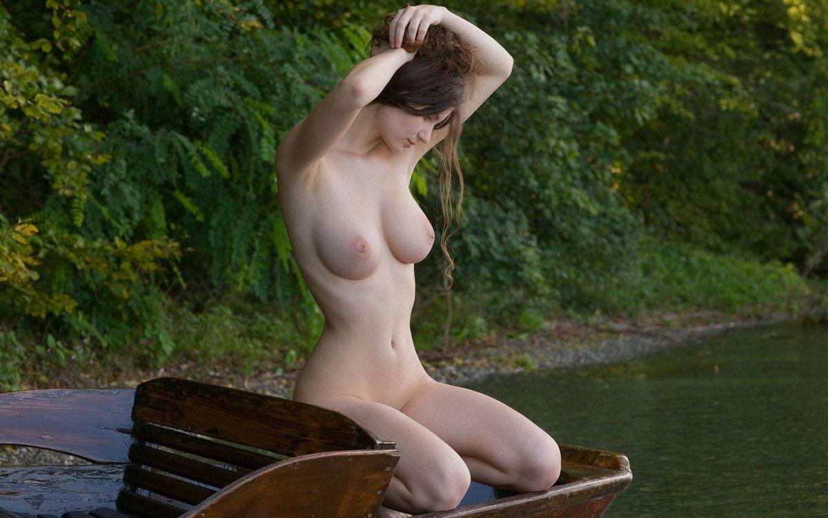 Девушка на речке голая