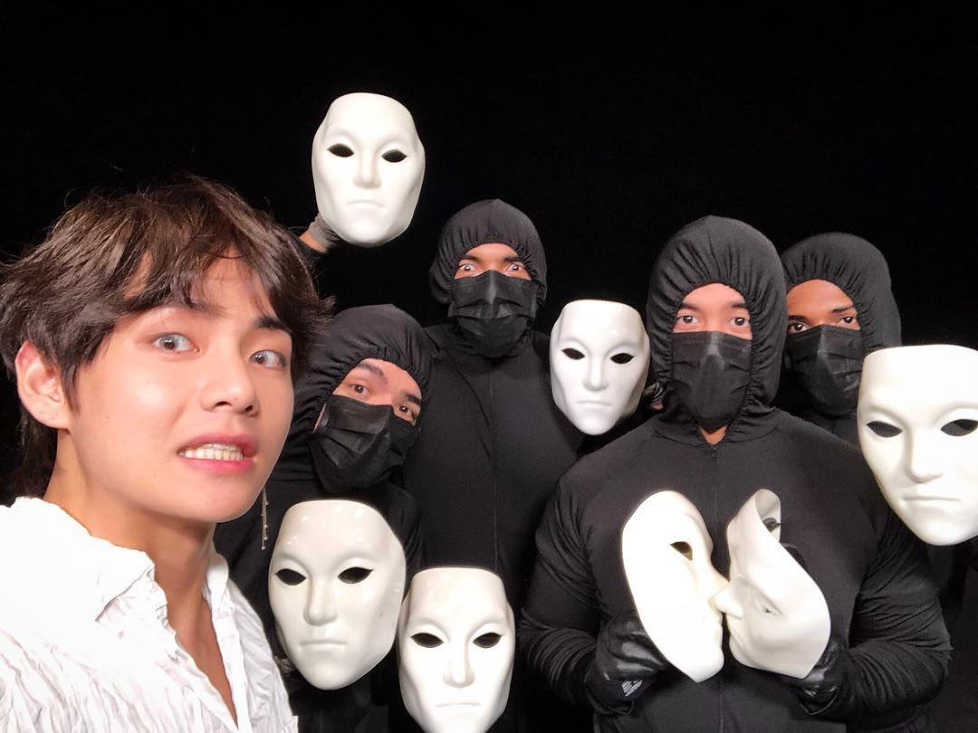 фото людей в белых масках продажу