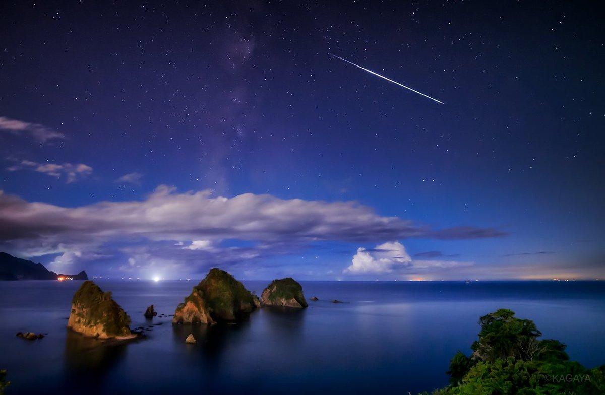 月夜の海の流れ星。 雲わたる凪の海と天の川を撮影していましたら、一筋の明るい流れ星が飛び込みました。 (静岡県、堂ヶ島にて撮影) 今日もお疲れさまでした。明日もおだやかな一日になりますように。