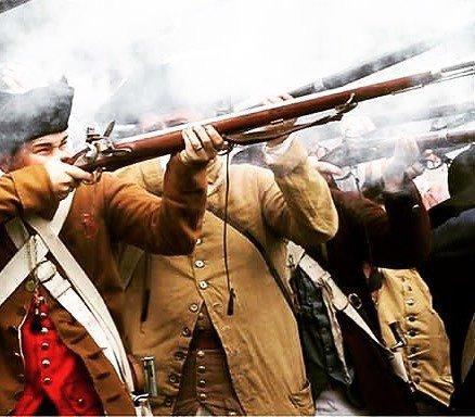 No punter we wear bright clothes over all that smoke! #revolutionarywar #reenactment #patriots #2ndamendment https://t.co/UU3TDmU4pt