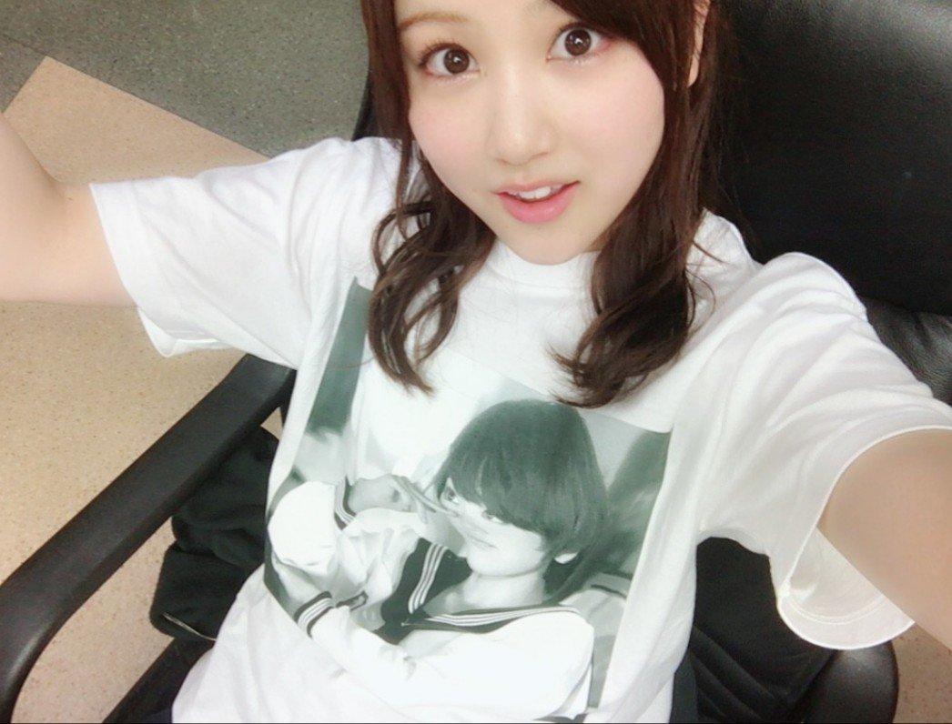 白Tシャツの星野みなみ(乃木坂46)の私服の画像