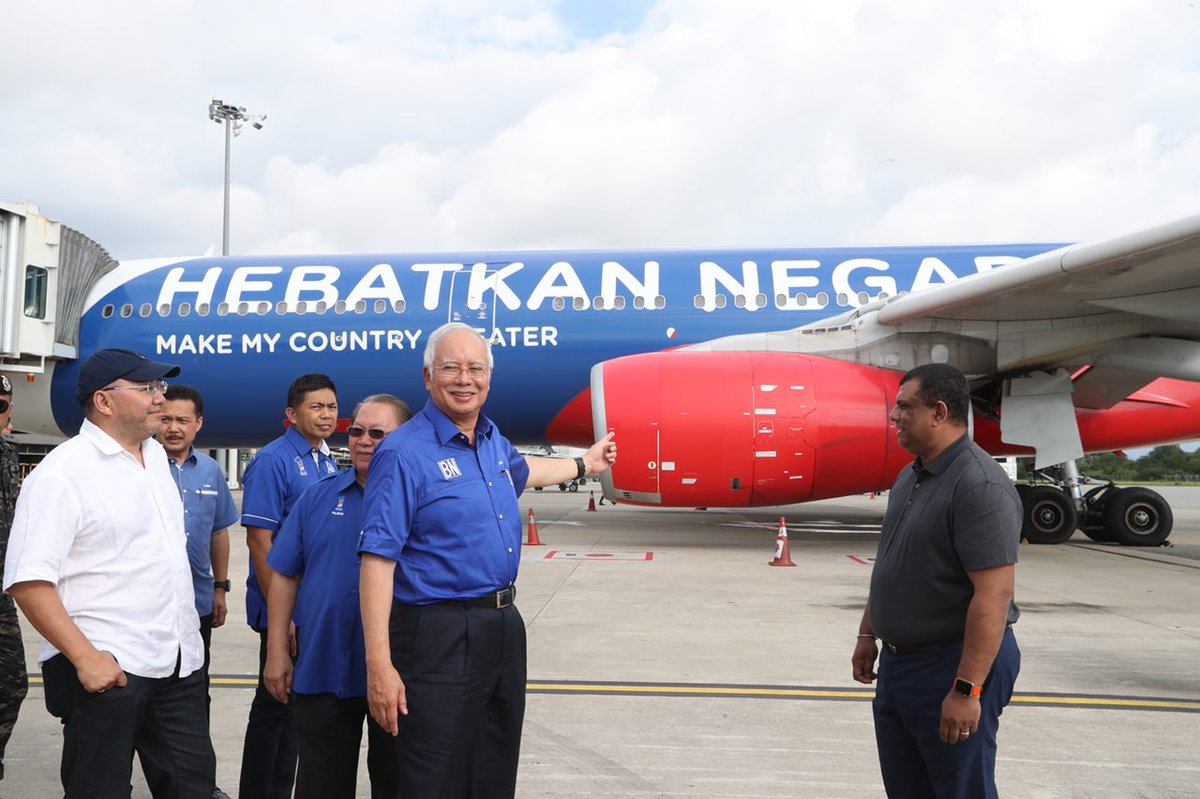 Surprised to be collected on a BN-themed @AirAsia flight by @tonyfernandes today! AirAsia's success shows what can be achieved when visionary business and government come together #HebatkanNegaraKu https://t.co/xaVDBa21AT