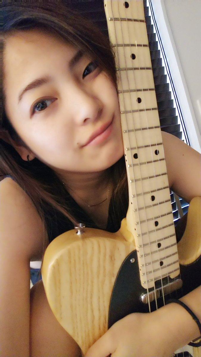 ギターと写る岩瀬佑美子