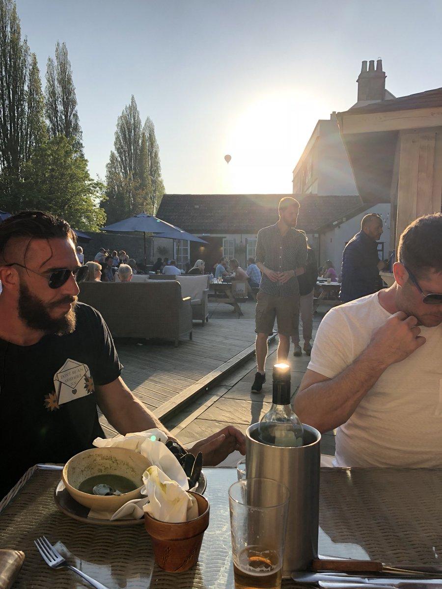 @LocksbrookInn bank holiday perfection. #lovemycityofbath #drinkswithfriends #sunnyterrace #pubgardens #takemeback #spottheairballoon #bathpubcompanypic.twitter.com/EFOvGBp5Ie
