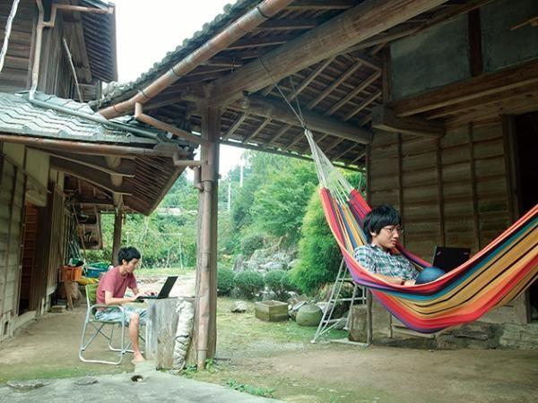 通勤半小时到达办公室,每天下班可以泡温泉、吃新鲜的本地农产品,工作累了就去院子里躺一会看看美景 - 这种田园诗般的景象,对困于大都市中的白领们而言,已经不再只是假以慰籍的幻想。越来越多的日本企业,在农村开设卫星办公室 #远程工作 // 日本的神山町:乡土远程办公 https://t.co/YqOqh25Wqp https://t.co/bHtlw2bR7Q 1