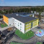 LINJA ARKKITEHTIEN suunnittelema Hämeenlinnan Nummikeskus on  valmistunut. Yhtenäiskouluna toimiva, täysin uudenlainen oppimisympäristö taipuu hyvin eri-ikäisten käyttäjien tarpeisiin ja toimii alueen kyläkeskuksena. Hankkeen laajuus on 10.000 brm2. #LINJAarkkitehdit #Nummikeskus