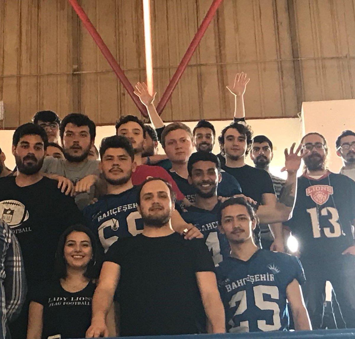 Öğrenci Dekanlığı olarak kulüplerimizle birlikte Red Dragons'a tam destek için Caferağa'dayız !!  @BKBasketbol  Sizlere güvenimiz tam!  @EnverYucel
