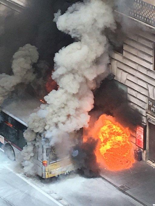Autobus #Atac in fiamme in pieno centro a Roma https://t.co/mZyhWLqRXK