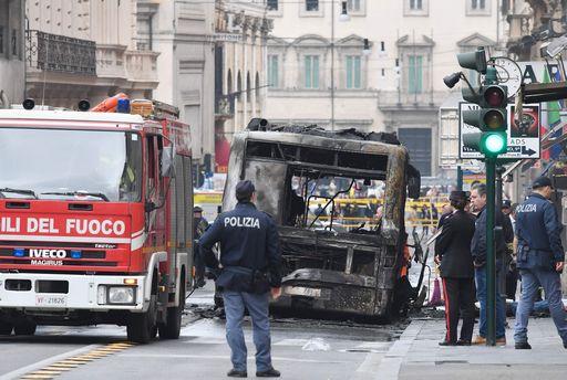 Bus in fiamme in centro a Roma. E un altro brucia a Ostia, pieno di studenti https://t.co/E95wX0GLUn #Atac