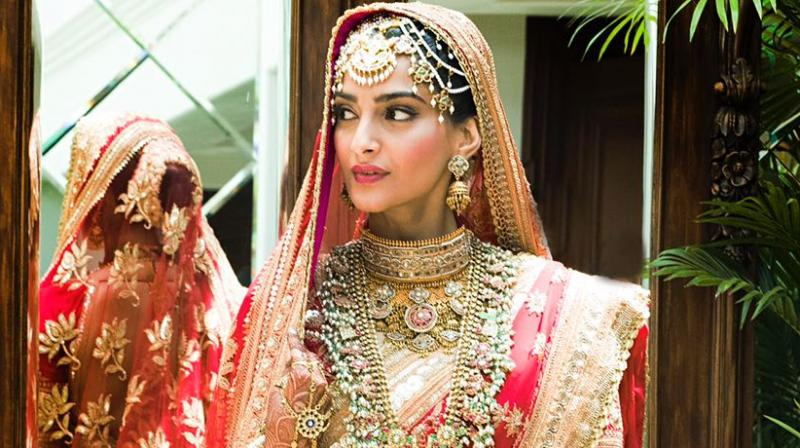 See photos: Sonam Kapoor looks radiant as bride in auspicious red #AnandAhujanews #Bollywoodwedding #sonamkapoor #SonamKapoorAnandAhujawedding #SonamKapoornews #SonamKapoorwedding http://www.b2s.pm/ZVfEv2
