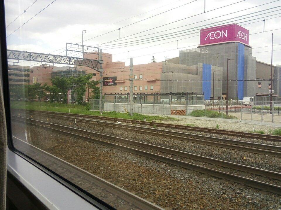 画像,たまたま乗ってた電車が人身事故にて緊急停止中。ってか、当たった衝撃あったし、吹っ飛んで反対側に飛ばされていく茶髪の女子高生らしき人の姿を見てしまった…うわぁ… …
