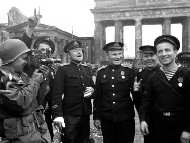@Ivan_Guinea Soldados USA y del Ejercito Rojo celebrando la caída de Berlin.