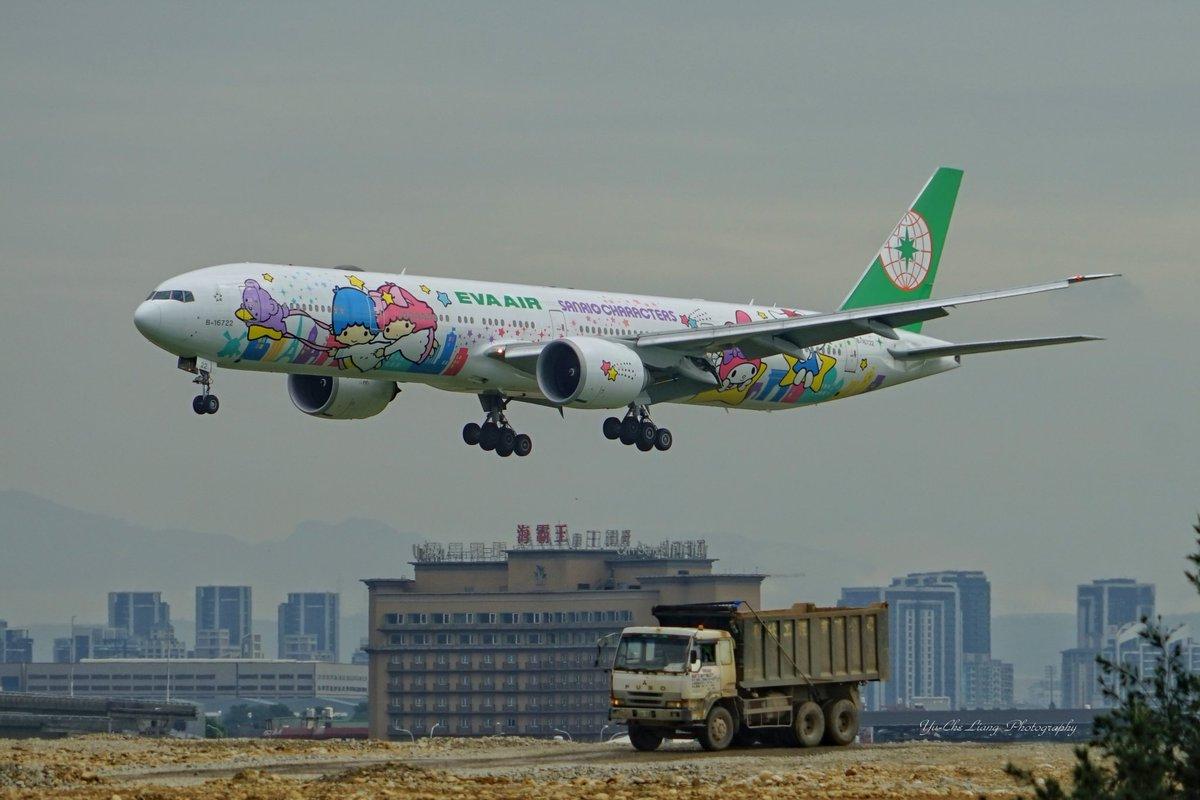 晚上好EVA Air (Hello Kitty Sanrio Characters Livery) Boeing 777-36N/ER (B-16722) #hellokitty #sanrio #evaair #B777300ER  #台湾 #飛行機大好き #飛行機好きな人と繋がりたい #av1ati0n #飛行機写真 #α7 #aviation  #写真好きな人と繋がりたい #b777はパワフルに行くぜ祭り #worldofspottingpic.twitter.com/uV4Oey7hrf
