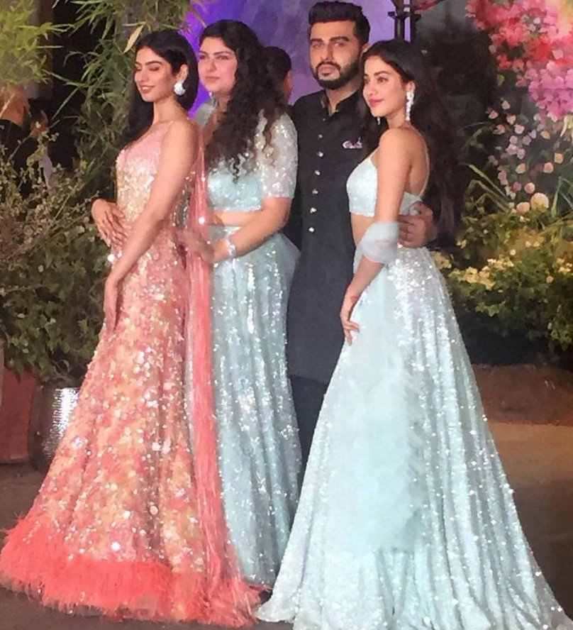 #KapoorSisters With Their Brother.......  #ArjunKapoor With #JanhviKapoor ,#KhushiKapoor And #AnshulaKapoor At #SonamAndAnand's Wedding Reception..........