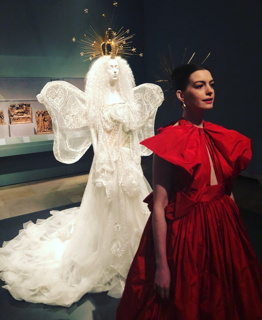"Anne Hathaway Japan On Twitter: ""[画像]女神の前に女神?😆 美しい"