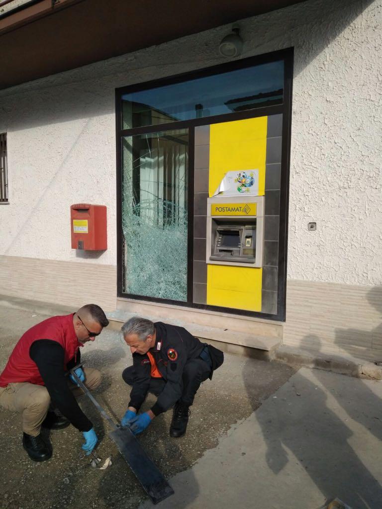 3942ee2c9e ... Sparatoria al bancomat delle Poste, convalidati 5 arresti per tentato  omicidio @_Carabinieri_ http://tinyurl.com/ybbcehao pic.twitter.com /ndjd6SCNM4