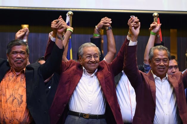 BREAKING: Malaysia's opposition coalition wins election, in huge upset for ruling coalition that's ruled for 60 years #GE14 https://t.co/zGhIQ06jX0